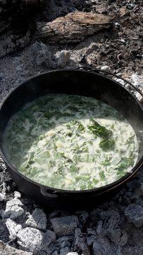 Abbildung Grüne Neune: Neun-Kräuter-Suppe vor dem Pürieren
